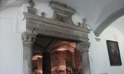Foto da entrada da Capela dos Ossos