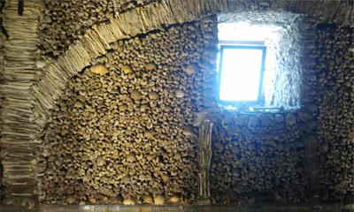Foto da parede coberta de ossos