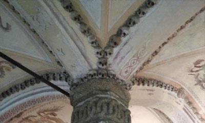 Foto do detalhe do teto, decorado com crânios