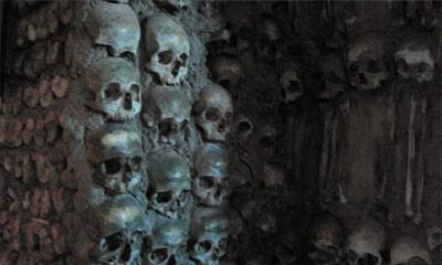 Foto do detalhe de um pilar, decorado com crânios